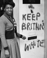 "Barbara Grey neben ""Keep Britain White"" Graffiti, Balham 1974"